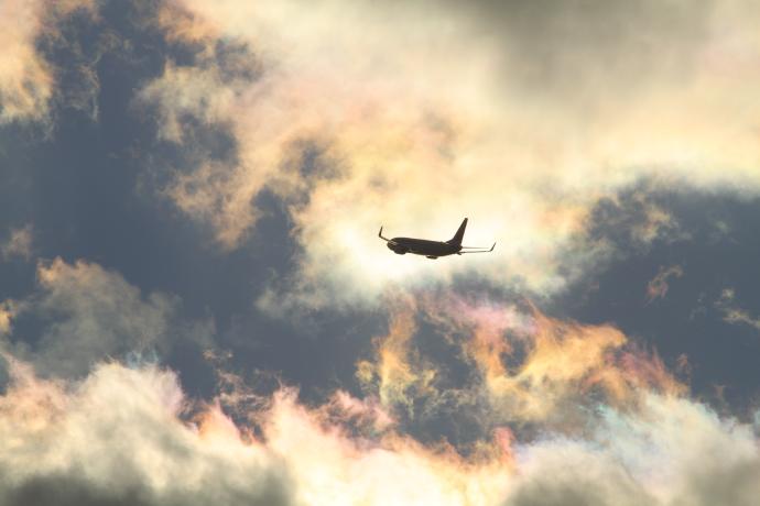 彩雲の中を離陸した飛行機 露出をマイナスに設定して撮影